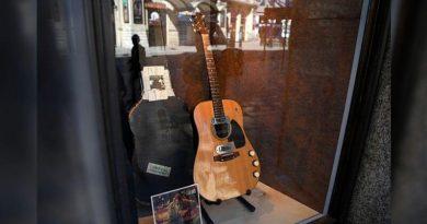 Kurt Cobain'in gitarı, 6 milyon dolara satıldı